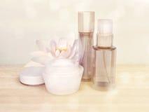 Productos para el cuidado de la piel con la flor de Lotus Fotos de archivo libres de regalías