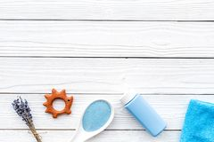 Productos para el cuidado de la piel para los niños con lavanda Botella, sal del balneario, toalla y juguete en el copyspace de m Imagen de archivo libre de regalías