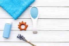 Productos para el cuidado de la piel para los niños con lavanda Botella, sal del balneario, toalla y juguete en el copyspace de m Imagen de archivo