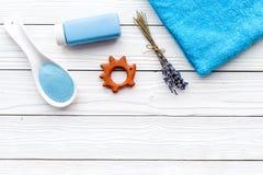 Productos para el cuidado de la piel para los niños con lavanda Botella, sal del balneario, toalla y juguete en el copyspace de m Foto de archivo libre de regalías