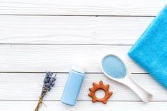 Productos para el cuidado de la piel para los niños con lavanda Botella, sal del balneario, toalla y juguete en el copyspace de m Imagenes de archivo