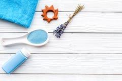 Productos para el cuidado de la piel para los niños con lavanda Botella, sal del balneario, toalla y juguete en el copyspace de m Fotos de archivo libres de regalías