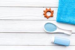 Productos para el cuidado de la piel para los niños con lavanda Botella, sal del balneario, toalla y juguete en el copyspace de m Fotos de archivo
