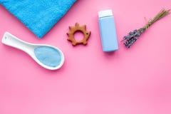 Productos para el cuidado de la piel para los niños con lavanda Botella, sal del balneario, toalla y juguete en copyspace rosado  Foto de archivo libre de regalías