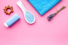 Productos para el cuidado de la piel para los niños con lavanda Botella, sal del balneario, toalla y juguete en copyspace rosado  Fotos de archivo