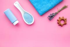 Productos para el cuidado de la piel para los niños con lavanda Botella, sal del balneario, toalla y juguete en copyspace rosado  Fotografía de archivo libre de regalías