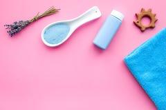 Productos para el cuidado de la piel para los niños con lavanda Botella, sal del balneario, toalla y juguete en copyspace rosado  Imagen de archivo