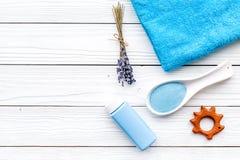 Productos para el cuidado de la piel para los niños con lavanda La botella, la sal del balneario, la toalla y el juguete en la op Foto de archivo