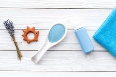 Productos para el cuidado de la piel para los niños con lavanda La botella, la sal del balneario, la toalla y el juguete en la op Imagen de archivo