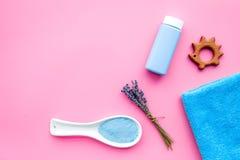 Productos para el cuidado de la piel para los niños con lavanda La botella, la sal del balneario, la toalla y el juguete en la op Imágenes de archivo libres de regalías