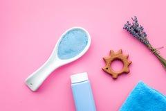 Productos para el cuidado de la piel para los niños con lavanda Botella, sal del balneario, toalla y juguete en la opinión superi Foto de archivo libre de regalías