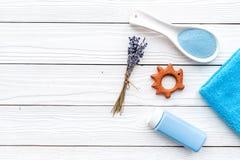 Productos para el cuidado de la piel para los niños con lavanda La botella, la sal del balneario, la toalla y el juguete en la op Fotografía de archivo libre de regalías