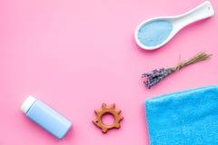 Productos para el cuidado de la piel para los niños con lavanda La botella, la sal del balneario, la toalla y el juguete en la op Fotografía de archivo