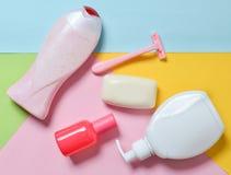 Productos para el cuidado del cuerpo, del pelo y de la higiene personal en un fondo de papel multicolor Imagenes de archivo