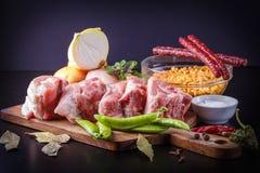Productos para la preparación de la sopa de guisantes con los productos ahumados: guisantes pelados, cebollas, cerdo, sal, especi Imagen de archivo libre de regalías