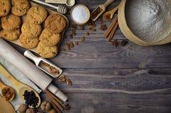 Productos para las tortas hechas en casa en una tabla de madera vieja Visión superior AR Fotos de archivo libres de regalías