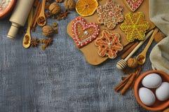 Productos para las tortas hechas en casa en una tabla de madera vieja Visión superior AR Fotografía de archivo