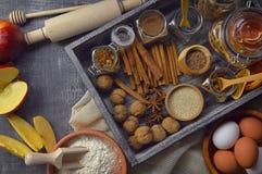 Productos para las tortas hechas en casa en una tabla de madera vieja Visión superior AR Fotos de archivo