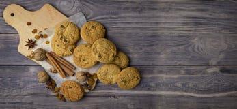 Productos para las tortas hechas en casa en una tabla de madera vieja Visión superior AR Imagen de archivo libre de regalías