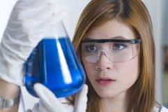 Productos químicos de examen del investigador en un laboratorio fotografía de archivo libre de regalías