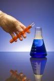 Productos químicos de mezcla Fotos de archivo