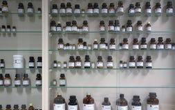 Productos químicos en las botellas de cristal Foto de archivo