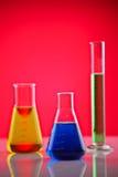 Productos químicos en un laboratorio Foto de archivo libre de regalías
