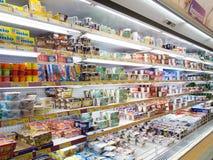 Productos refrigerados del supermercado Foto de archivo libre de regalías