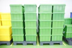 Productos verdes de la caja plástica. Fotos de archivo
