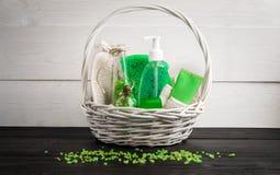 Productos verdes del tratamiento de la belleza de la composición en colores verdes: champú, jabón, sal de baño, aceite Imagen de archivo libre de regalías