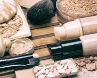 Productos y accesorios cosméticos para el maquillaje correctivo Fotos de archivo libres de regalías