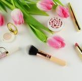 Productos y flores cosméticos de los accesorios del maquillaje Fotos de archivo libres de regalías