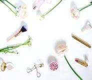 Productos y flores cosméticos de los accesorios del maquillaje Fotografía de archivo