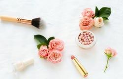 Productos y flores cosméticos de los accesorios del maquillaje Imágenes de archivo libres de regalías