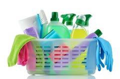 Productos y fuentes de limpieza en una cesta. Fotos de archivo libres de regalías