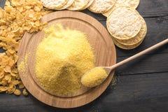 Productos y harina del maíz en la tabla negra Imagen de archivo libre de regalías