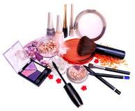 Productos y joyería de maquillaje en el fondo blanco Foto de archivo libre de regalías