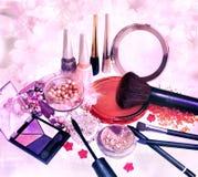 Productos y joyería de maquillaje en fondo floral Fotos de archivo libres de regalías