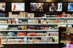 Productos y perfume cosméticos de las mujeres para la venta en tienda de belleza fotografía de archivo libre de regalías