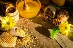 Products& x28 do apiário; favos de mel, mel, pollen& x29; e flores Foto de Stock