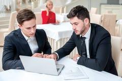 Produire une stratégie Deux réussis et homme d'affaires sûr SI Image libre de droits