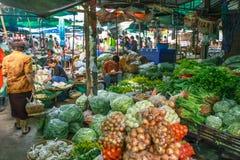 Produit alimentaire cru de vente de personnes des quatre coins du pays dans chaque matin au marché du cou de rurul Photos libres de droits