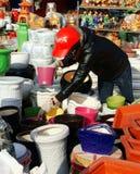 Produit bien choisi de femme vietnamienne au marché d'agriculteur d'air ouvert Image stock