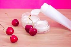 Produit de beauté avec les ingrédients normaux (cerises) Photographie stock libre de droits