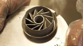 produit de fer imprimé par 3D Jeune ingénieur de concepteur à l'aide d'une imprimante 3D dans le laboratoire et étudiant un proto
