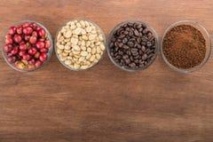 Produit de grains de café sur la vue supérieure en bois de table d'espace vide Photos libres de droits