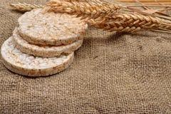 Produit fait à partir du blé, augmenté et du blé d'oreilles sur le backg de jute d'o Images stock