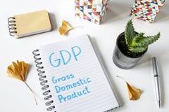 Produit intérieur brut de PIB écrit dans un carnet image stock