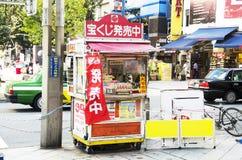 Produit japonais de vente de personnes plus âgées à la petite boutique locale sur le pathwa photographie stock libre de droits