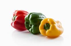 Produit-légumes frais de vegetables Trois rouges doux, jaune, isolat de poivrons verts Photographie stock